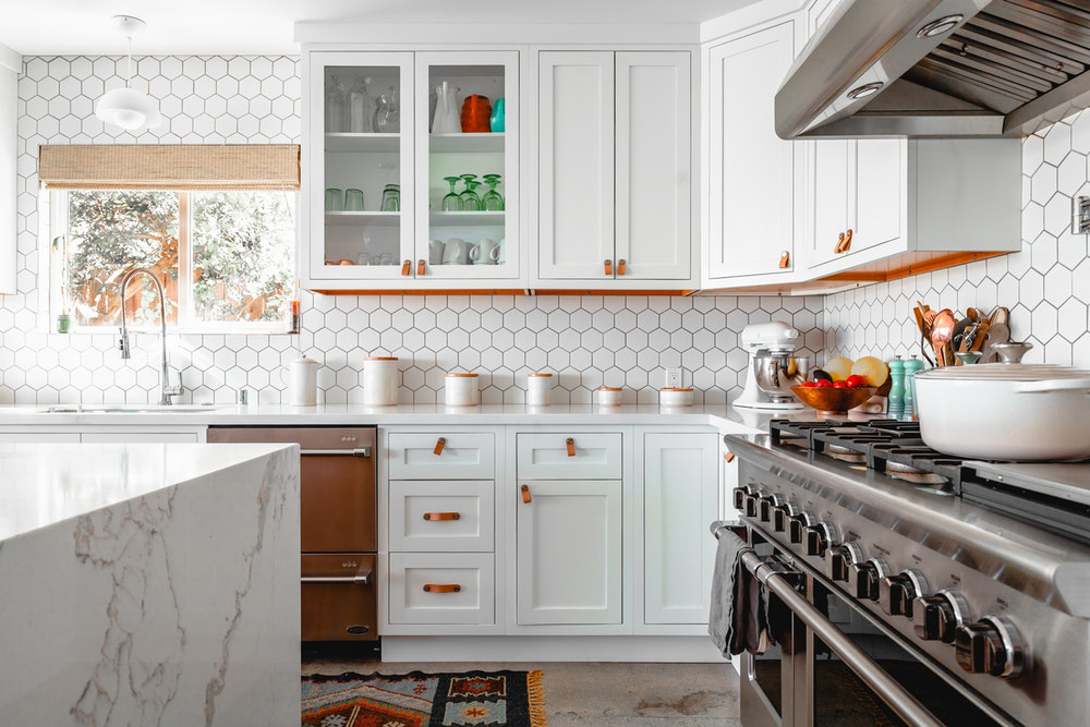 Wood Veneers Vs Solid Wood Which One S Better For Kitchen Cabinets Ikonni